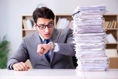 El hombre de negocios que lucha para cumplir plazos desafiadores Imagen de archivo