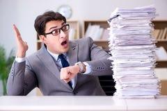 El hombre de negocios que lucha para cumplir plazos desafiadores Imágenes de archivo libres de regalías