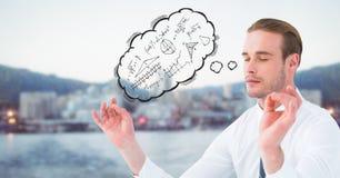 El hombre de negocios que medita con la nube del pensamiento que muestra matemáticas garabatea contra horizonte borroso y agua Fotografía de archivo