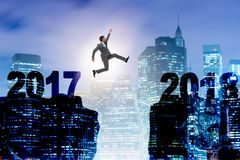 El hombre de negocios que mira adelante a 2018 a partir de 2017 Imagen de archivo libre de regalías