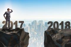 El hombre de negocios que mira adelante a 2018 a partir de 2017 Imagenes de archivo