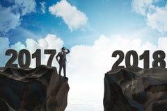 El hombre de negocios que mira adelante a 2018 a partir de 2017 Foto de archivo libre de regalías