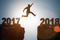 El hombre de negocios que mira adelante a 2018 a partir de 2017 Imagen de archivo