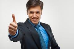 El hombre de negocios que muestra los pulgares sube la muestra en el fondo blanco Fotografía de archivo libre de regalías