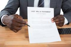 El hombre de negocios que muestra por último documento y del testamento Imágenes de archivo libres de regalías