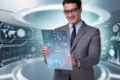 El hombre de negocios que negocia en mercado de acción del mundo Imagen de archivo libre de regalías