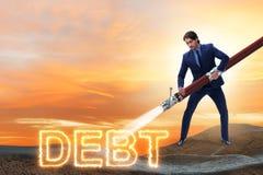 El hombre de negocios que paga apagado sus deudas y pr?stamos foto de archivo