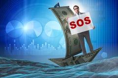 El hombre de negocios que pide ayuda con el mensaje el SOS en el barco Imagen de archivo libre de regalías