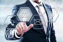El hombre de negocios que presiona el botón en interfaz de la pantalla táctil y selecciona el servicio 247 Imagen de archivo libre de regalías