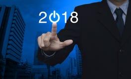 El hombre de negocios que presiona 2018 comienza para arriba el icono del negocio Fotos de archivo libres de regalías