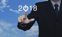 El hombre de negocios que presiona 2018 comienza para arriba el icono del negocio Imagen de archivo libre de regalías