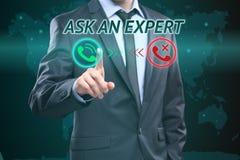 El hombre de negocios que presiona el botón en interfaz de la pantalla táctil y selectos preguntan a experto Concepto del asunto  Foto de archivo