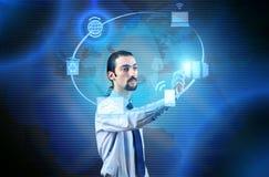 El hombre de negocios que presiona los botones en concepto computacional Fotografía de archivo