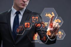 El hombre de negocios que presiona los botones virtuales en concepto del negocio Imagen de archivo libre de regalías