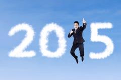 El hombre de negocios que salta para celebrar Año Nuevo Imagenes de archivo