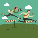 El hombre de negocios que salta sobre obstáculo en una pista corriente en la manera al éxito Imagen de archivo libre de regalías