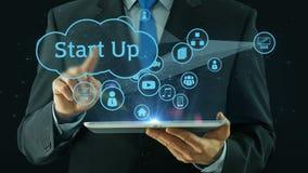 El hombre de negocios que señala encendido comienza para arriba negro del cojín de la tableta del concepto stock de ilustración