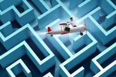 El hombre de negocios que se escapa del laberinto en el aeroplano fotos de archivo
