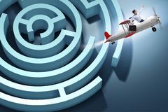 El hombre de negocios que se escapa del laberinto en el aeroplano ilustración del vector