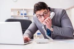 El hombre de negocios que se escapa la información confidencial sobre el teléfono foto de archivo