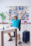El hombre de negocios que se prepara para las vacaciones en la oficina imagenes de archivo