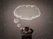 El hombre de negocios que se sentaba con la nube pensó sobre su cabeza Fotos de archivo