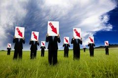 El hombre de negocios que sostiene la flecha roja hace Fotos de archivo
