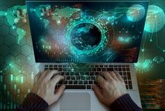 El hombre de negocios que trabaja en el ordenador portátil y la inversión de la mirada interconectan el diagrama Foto de archivo