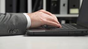El hombre de negocios que trabaja en la oficina y que calcula finanzas, lee y escribe informes concepto de la contabilidad financ almacen de video