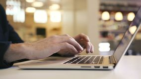 El hombre de negocios que trabaja en el ordenador portátil en centro de negocios y analiza cartas y gráficos almacen de metraje de vídeo