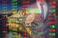 El hombre de negocios que usa la tecnología visual moderna para que comercio venda en mercado de acción de petróleo y gas con el  foto de archivo libre de regalías