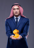 El hombre de negocios árabe con la muestra de dólar ardiente Fotos de archivo
