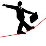 El hombre de negocios recorre alta cuerda de volatinero aventurada de debajo Foto de archivo