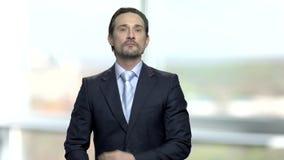 El hombre de negocios rico inteligente se atusa antes de espejo almacen de metraje de vídeo