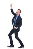El hombre de negocios señala hacia arriba Fotos de archivo