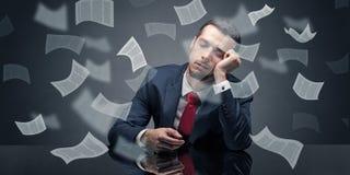 El hombre de negocios se cayó dormido en la oficina con concepto del papeleo imagenes de archivo