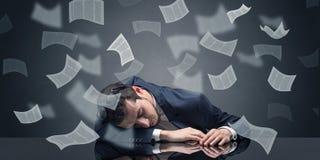 El hombre de negocios se cayó dormido en la oficina con concepto del papeleo foto de archivo libre de regalías