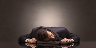 El hombre de negocios se cayó dormido en su lugar de trabajo foto de archivo libre de regalías
