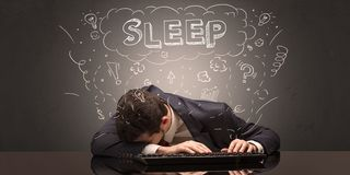 El hombre de negocios se cayó dormido en su lugar de trabajo con ideas, sueño y cansó concepto fotografía de archivo