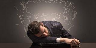 El hombre de negocios se cayó dormido en su lugar de trabajo con ideas, sueño y cansó concepto fotos de archivo
