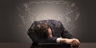 El hombre de negocios se cayó dormido en su lugar de trabajo con ideas, sueño y cansó concepto fotos de archivo libres de regalías