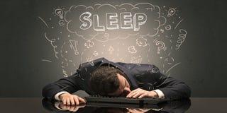 El hombre de negocios se cayó dormido en su lugar de trabajo con ideas, sueño y cansó concepto imagenes de archivo
