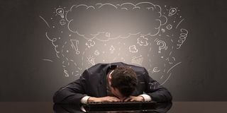 El hombre de negocios se cayó dormido en su lugar de trabajo con ideas, sueño y cansó concepto imagen de archivo