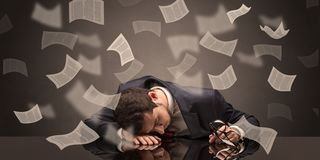 El hombre de negocios se cay? dormido en la oficina con concepto del papeleo imagen de archivo