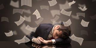 El hombre de negocios se cay? dormido en la oficina con concepto del papeleo imágenes de archivo libres de regalías