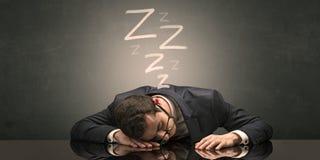 El hombre de negocios se cay? dormido en la oficina fotografía de archivo libre de regalías