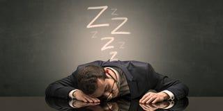 El hombre de negocios se cay? dormido en la oficina foto de archivo