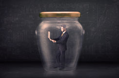 El hombre de negocios se cerró en un concepto de cristal del tarro Fotografía de archivo