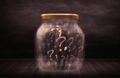 El hombre de negocios se cerró en un tarro con concepto de los signos de interrogación Imagen de archivo