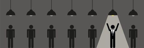 El hombre de negocios se coloca debajo del proyector entre muchos otros libre illustration